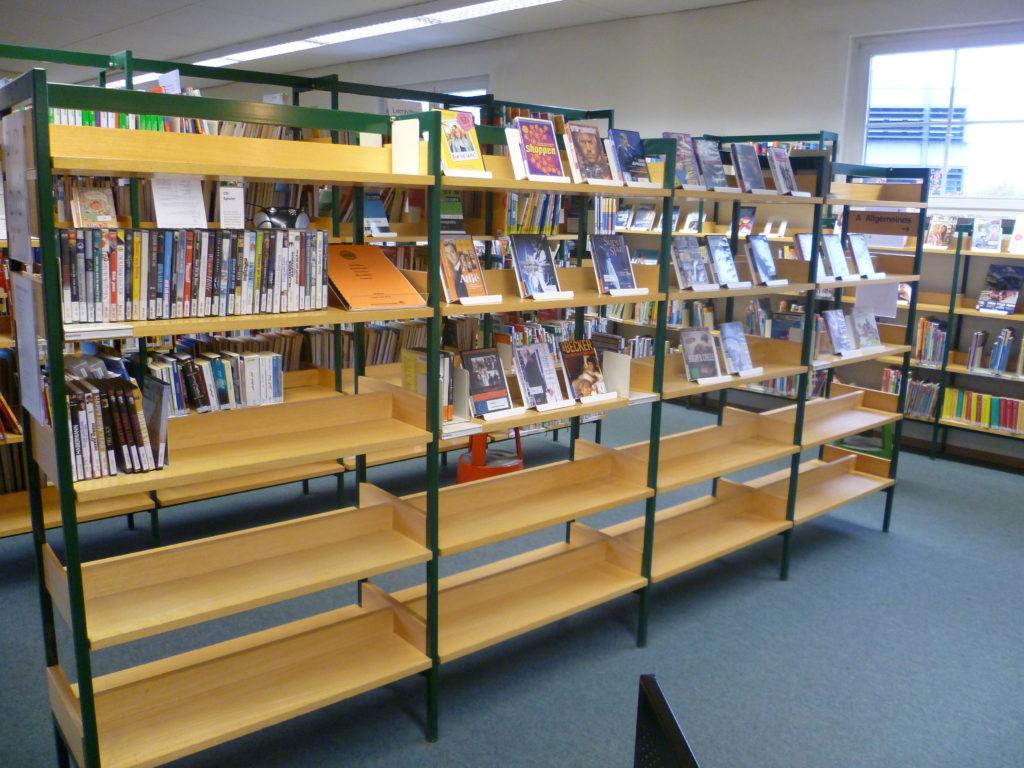 Leere Regale in der Stadtbücherei vor der Renovierung