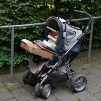 Kinderwagen mit Büchern