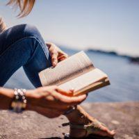 Lesende Frau am Meer